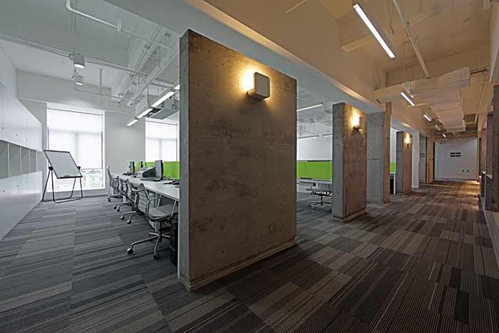 装修公司:弘亚装饰 设计说明:本案为设计公司的办公室设计,空间布局按不同功能,合理布局,风格采用简约现代工业主义手法,结构暴露,体现工业金属材料工艺特点展示,减少造价,空间开阔,墙面白色或水泥墙面,局部点缀配以彩色涂料搭配,简洁现代明快。 平面图: